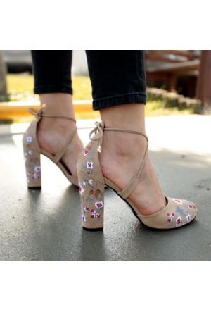 İnce Topuk Bej Süet Nakış İşlemeli Topuklu Ayakkabı