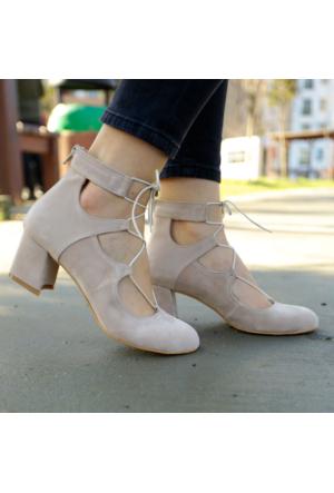 İnce Topuk Bej Süet İpli Kısa Topuklu Ayakkabı