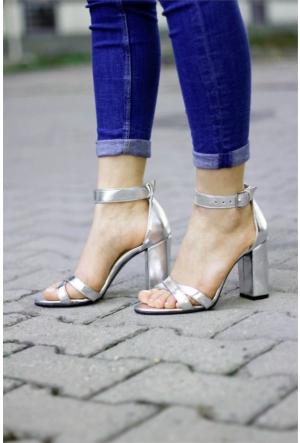 İnce Topuk Çapraz Bantlı Topuklu Ayakkabı 7YAZA0101264