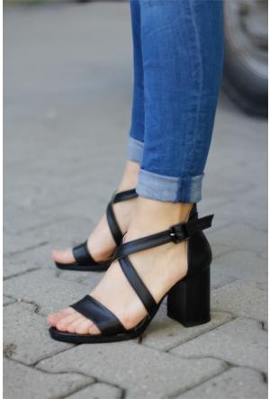 İnce Topuk Çapraz Bant Kalın Topuklu Ayakkabı 7YAZA0123004