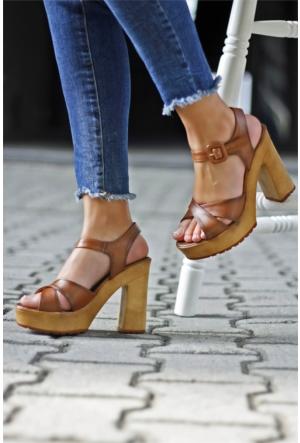 İnce Topuk Çapraz Bantlı Kalın Topuklu Ayakkabı