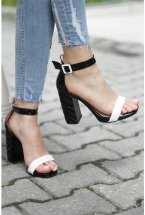 İnce Topuk Topuklu Sandalet