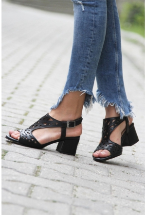 İnce Topuk Kısa Topuklu Sandalet Siyah