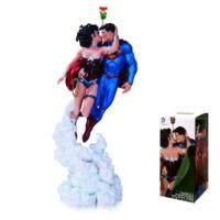 Dc Collectibles Superman Wonder Woman Holiday Kiss Mini Statue