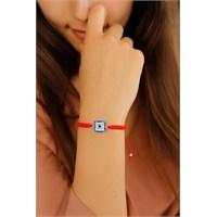 Morvizyon Kırmızı İp Tasarımlı Kare Mavi Taşlı Bayan Bileklik Modeli