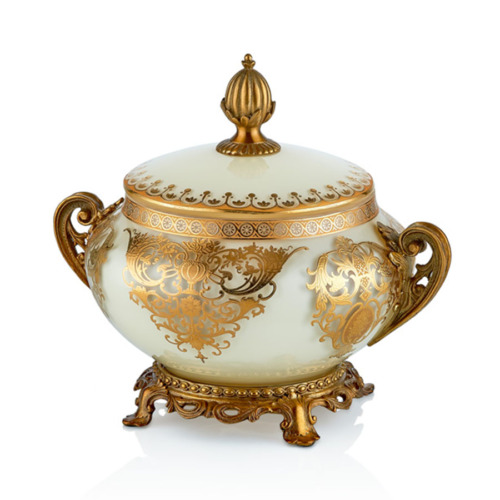 Cemile Bej Üzerine Altın Desenli Kapaklı Şekerlik