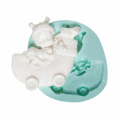 Kurdelya Bebek Arabasında Oyuncaklı Bebek Kalıbı