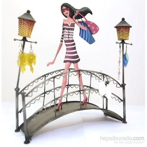 Takılık Köprüde Genç Kız Bordo Elbiseli