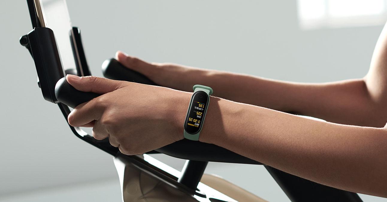 Mi band 5 akıllı saat bileklik spor yapan kadının kolunda