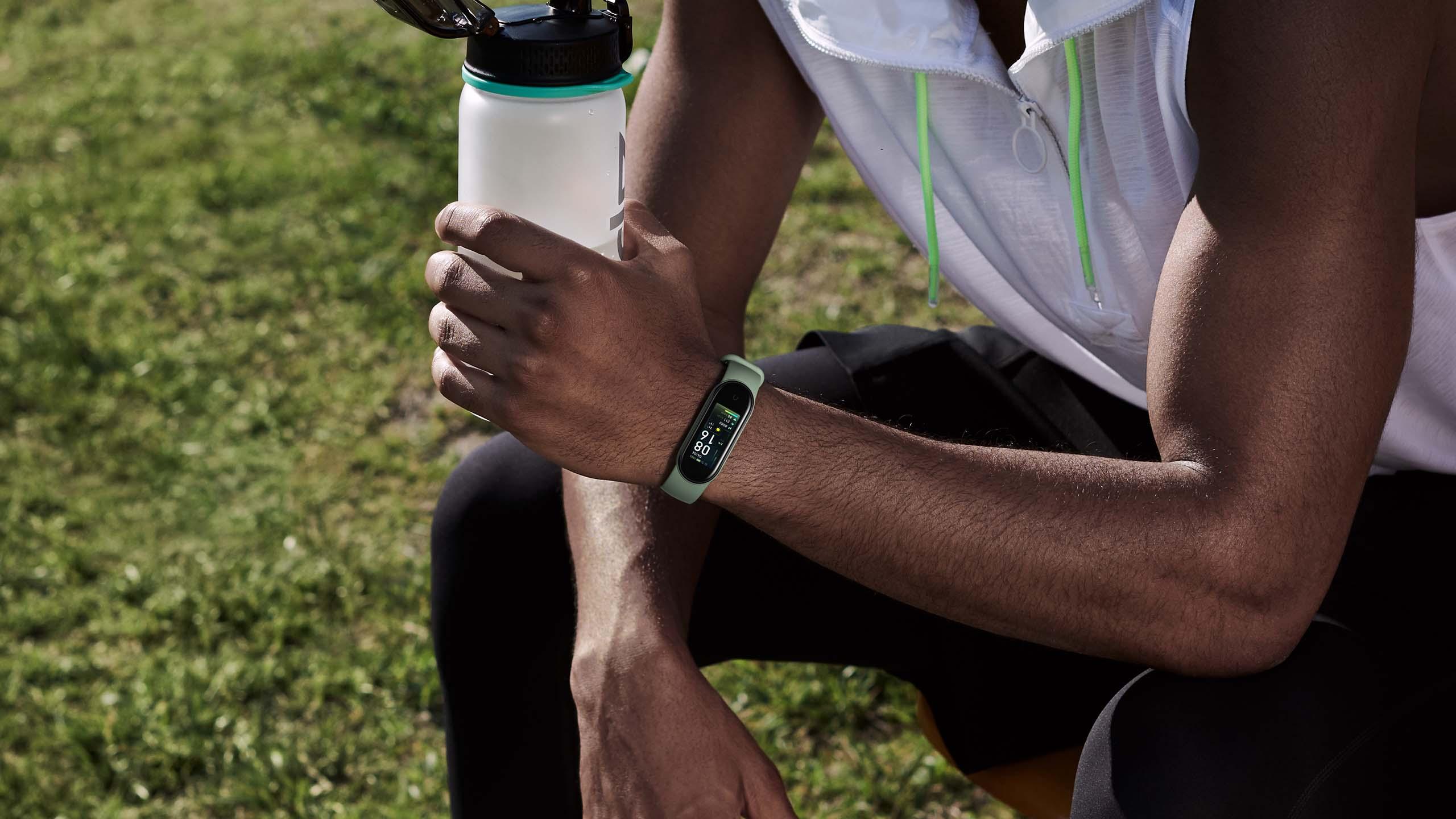xiaomi Mi band 5 akıllı saat bileklik spor yapan adam su şişesi doğa park